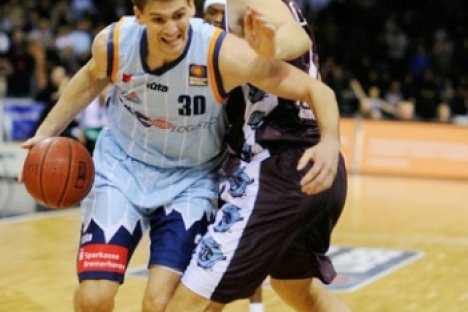Sean Denison goes past this defender during a Bundesliga game for Eisbaeren Bremerhaven.